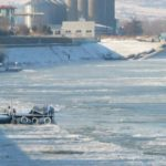 Три кораба са изтласкани от леда на брега на Дунав край Кълъраш