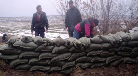 Откраднаха 250 чувала с пясък, с които бе надградена дунавската дига в Айдемир