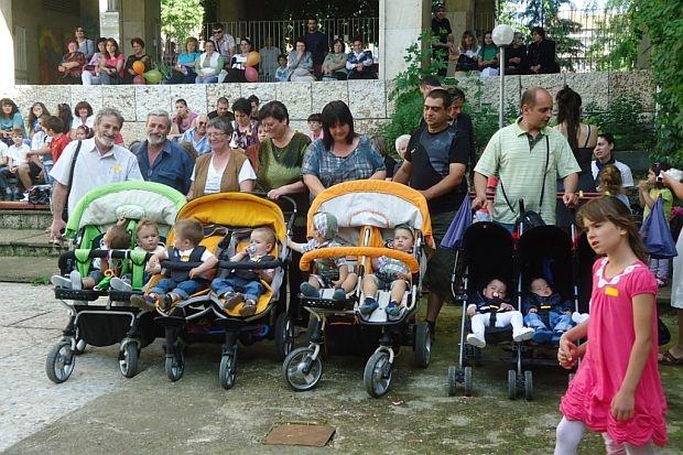 """Сдружение """"Двойна радост"""" събра 30 близнаци от Силистра"""