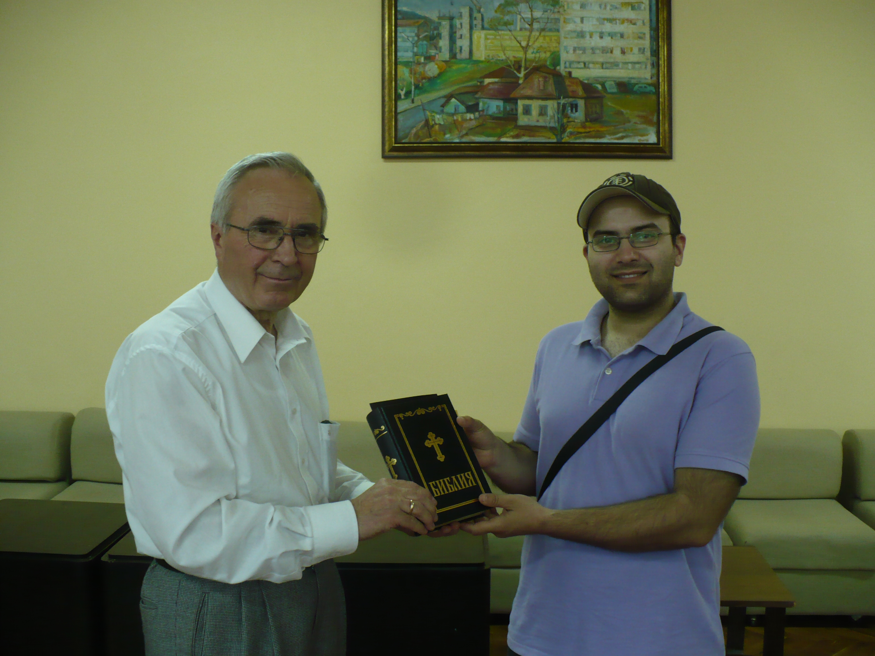 Дарени бяха 30 Библии на екипа на  Регионалната библиотека в Силистра
