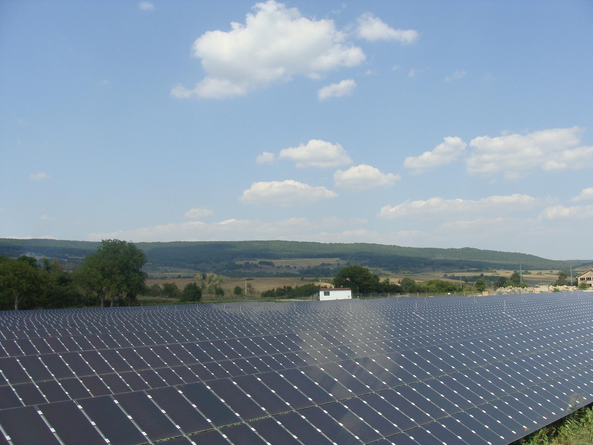 Заводът за соларни панели се изнася в Китай, 150 работници остават без работа