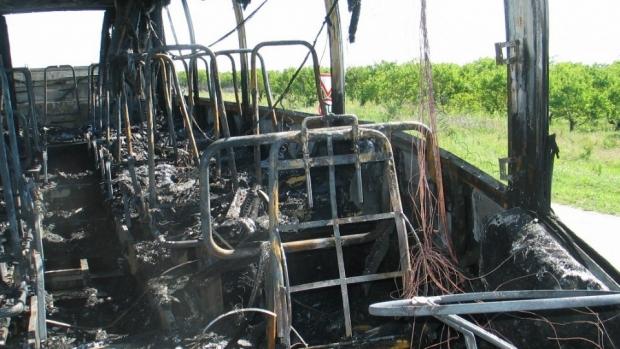 Автобус изгоря напълно до разклона на Ламбриново