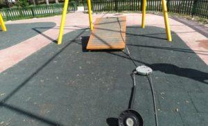 Една от детските площадки в парка , отново беше разбита