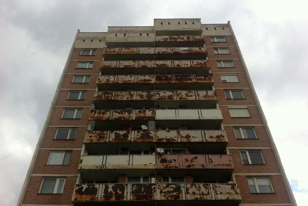 Балкон на блок се откърти от фасадата на сграда в Силистра
