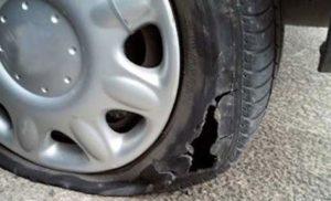 Неизвестен наряза гумите на два автомобила в Дулово